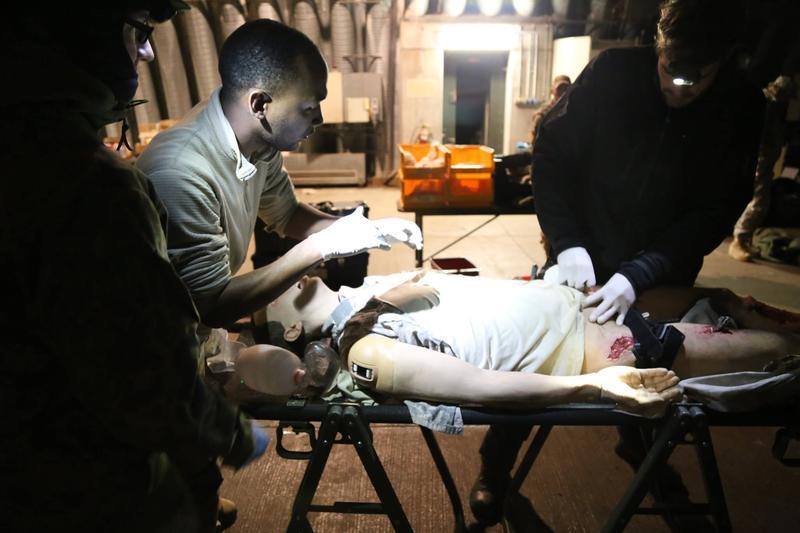 Курсанти вчаться працювати з пораненнями на симуляторах постраждалих