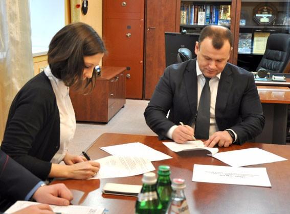 Процес підпису Меморандуму про співпрацю між поліцією та волонтерами iGov (джерело — pl.npu.gov.ua)