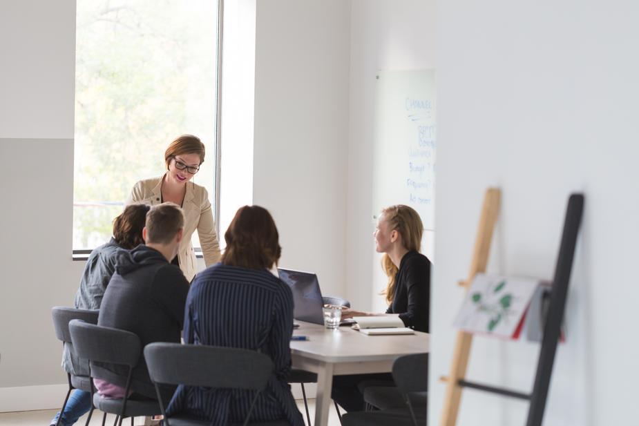 office-team-business-meeting_925x