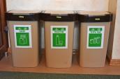 Контейнери для роздільного сміття всередені шкіл