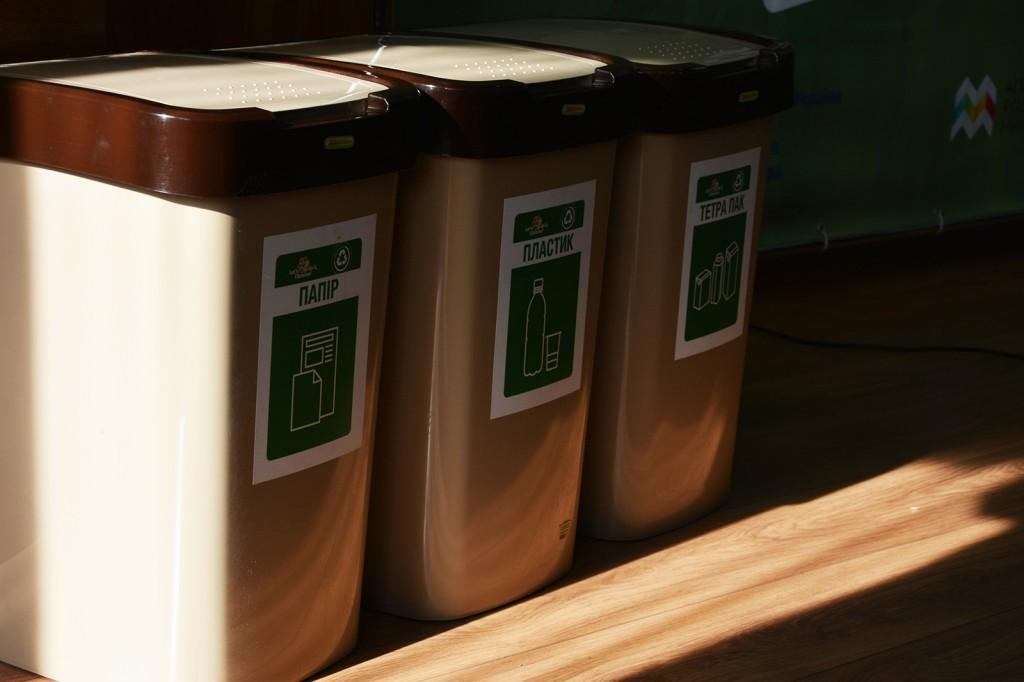 Пластикові контейнери для сортування сміття всередені шкіл