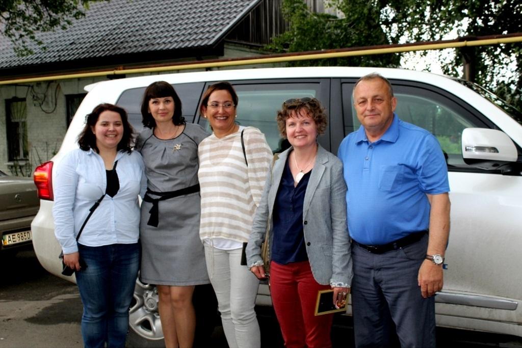 На фото: представники Міжнародної організації з міграції, органів влади та ініціативної групи Юр'ївської громади
