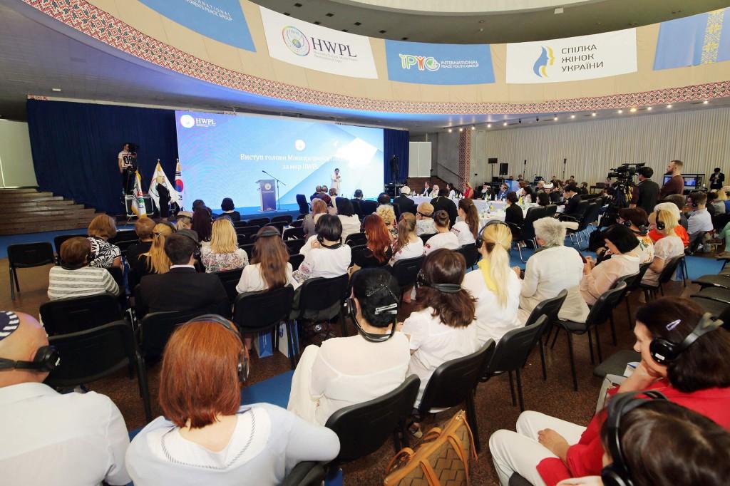 1. 200 чоловік беруть участь в Міжнародному форумі, включаючи політичних і релігійних лідерів, жіночі і молодіжні організації