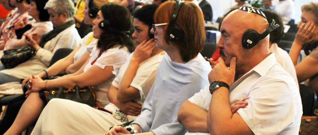 10. 200 учасників уважно слухають виступи спікерів
