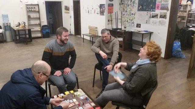 Українська частина нашої ігрової команди грає в польську гру Kolejka (черга за товарами часів соціалізму). 20 квітня 2018 року