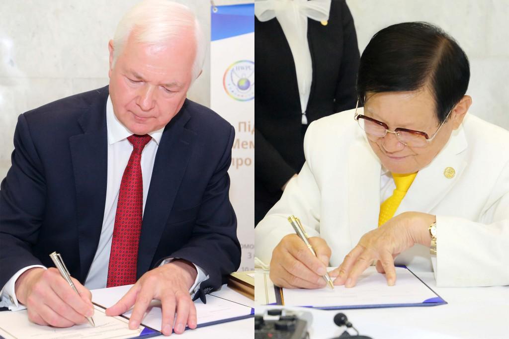 8. Голова Народних зборів України Микола Маломуж (ліворуч) і голова HWPL Лі Ман Хі (праворуч) підписують Меморандум про співпрацю