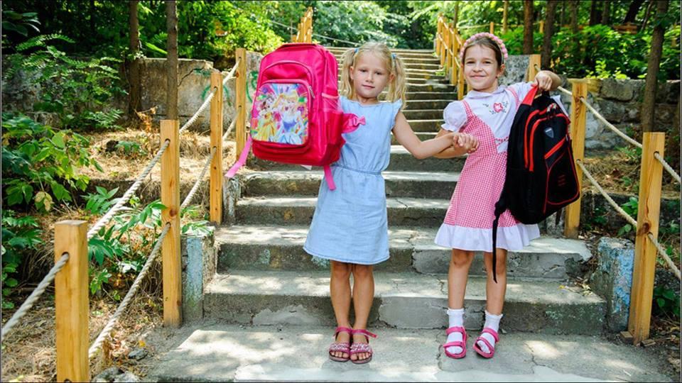 Минулого року 435 учнів отримали портфелі та набори для навчання від Карітас Київ.