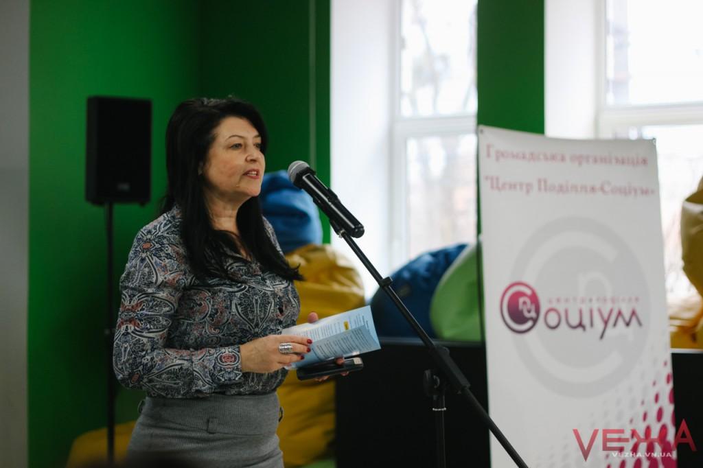 Директорка Департаменту освіти Вінницької міської ради виступає перед батьками учнів на презентації Системи