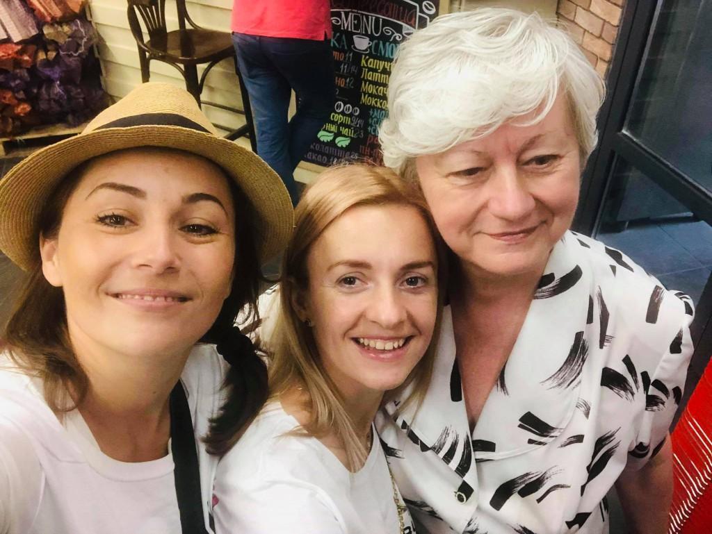 Дар'я Малахова оплачувала покупки пенсіонерів в одному з магазинів Києва.