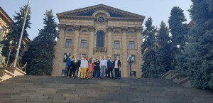 на фоні будівлі парламенту Вірменії