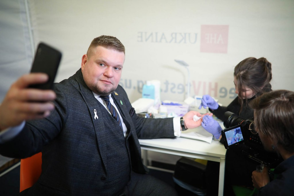 Народний депутат здає тест на ВІЛ_2