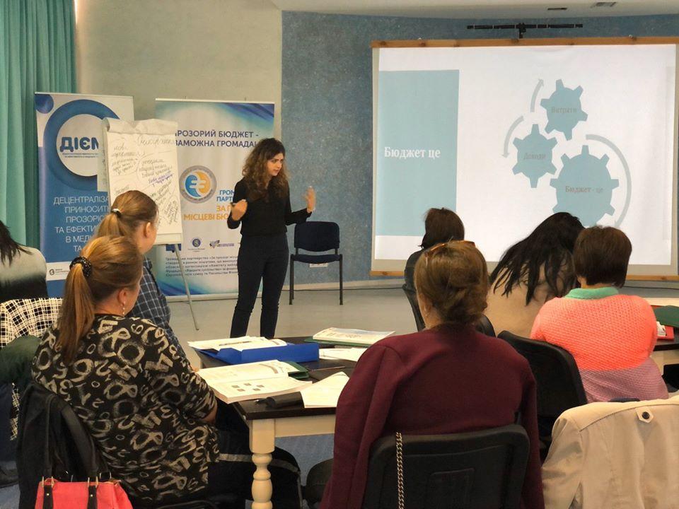 Олена Заворотченко на тренінгу розповідає про бюджетні процеси в ОТГ