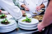 кухар повар робота round-white-ceramic-plates-2977515