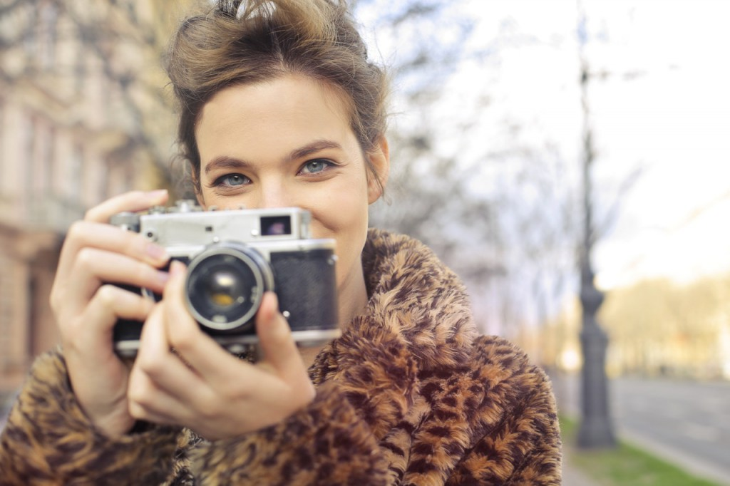 woman-holding-black-and-gray-camera-focus-photo-814822