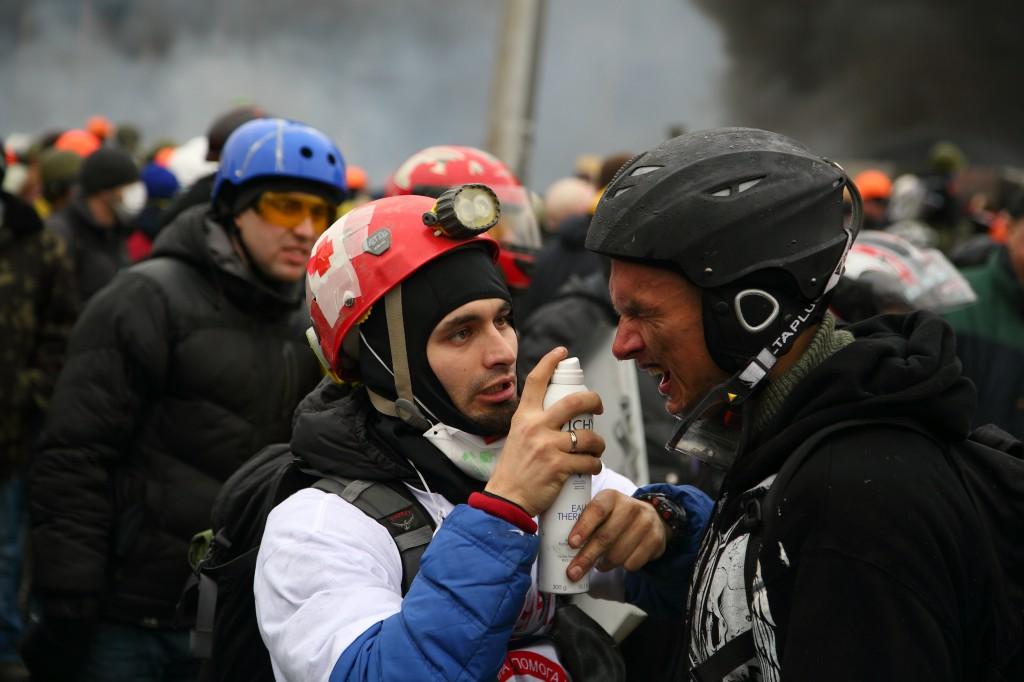 Медик-волонтер надає допомогу Андрію на Майдані 19 лютого. Фото Максим Баландюх