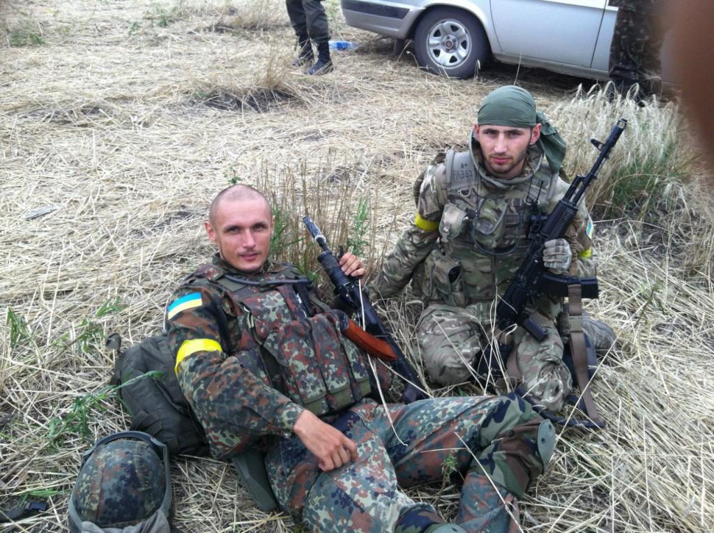 З побратимом-айдарівцем Орестом Квачем (загинув влітку 2014).Фото із сторінки Андрія Юркевича у соцмережі.