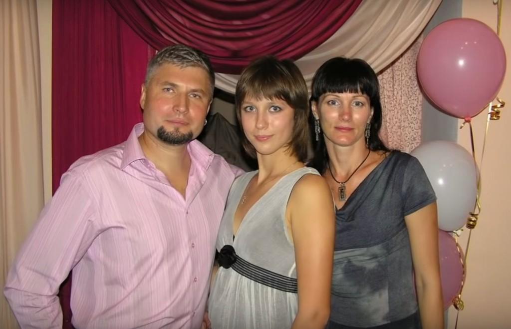 Ігор з дружиною та донькою. Скріншот з відео