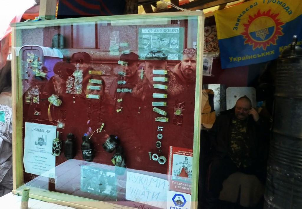 Відображення Ігоря у склі на вул.Грушевського поруч із фото перших вбитих Героїв.Автор фотографії: Сергій Сергієнко