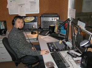 Ігор Сердюк на роботі на «Відкритому радіо»