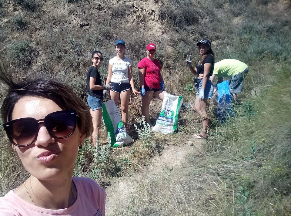 Фото 6. Члени Молодіжної ради та волонтери прибирають скелі