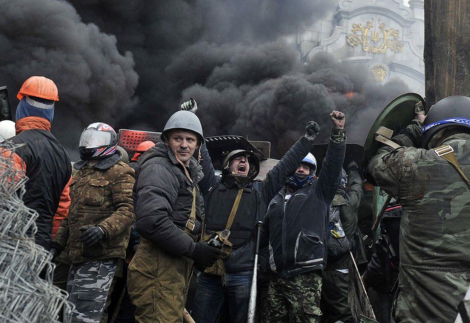 На Майдані Незалежності 19 лютого 2014р. Василь по центру із піднятими догори руками. Фото: Getty Images.