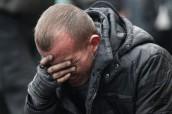 Андрій плаче над тілом дядька Андрія Дигдаловича, вбитого на Майдані. Фото: Василь Федосенко.