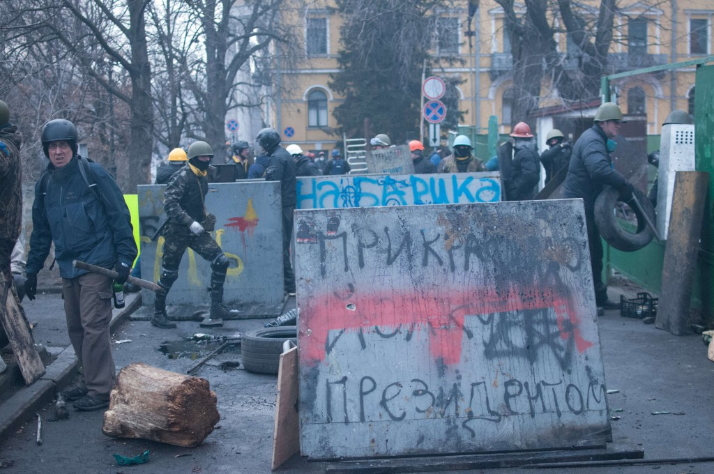 20 лютого 2014р., наступ майданівців вище Жовтневого палацу. Марк Паславський - крайній зліва. Фото: Alan Turgutoglu.