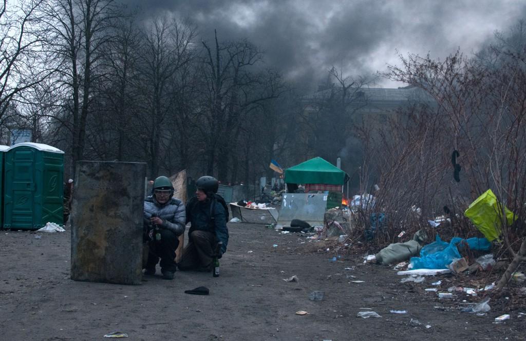 На Інститутській 20 лютого. Марк - присів справа з коктейлем. Фото: Alan Turgutoglu.