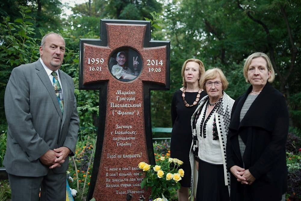 Рідні Марка Паславського на його могилі. Фото: Макс Левін.