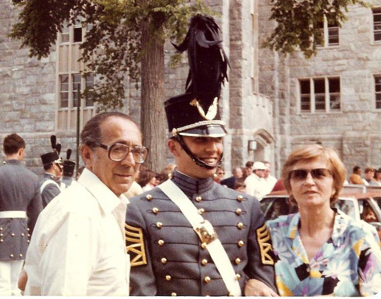 Маркіян Паславський з татом і мамою на випуску з військової академії у 1981р.