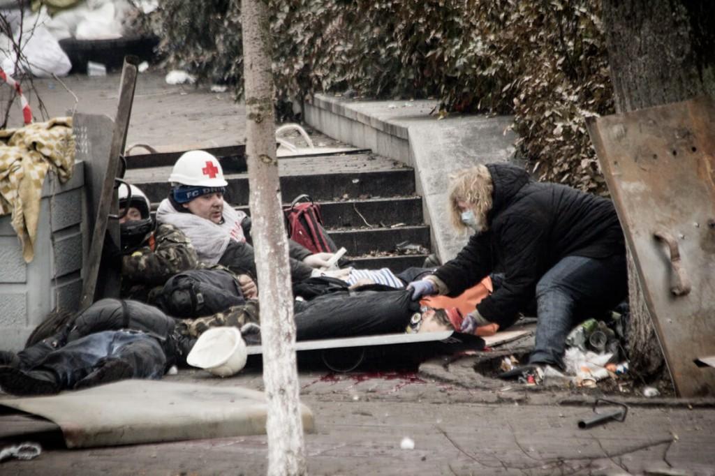 Марія Матвіїв намагається врятувати смертельно пораненого Романа Гурика. Фото: Misha Somerville.