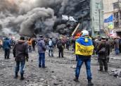 Максим з українським прапором на плечах під час протестів на Груші.