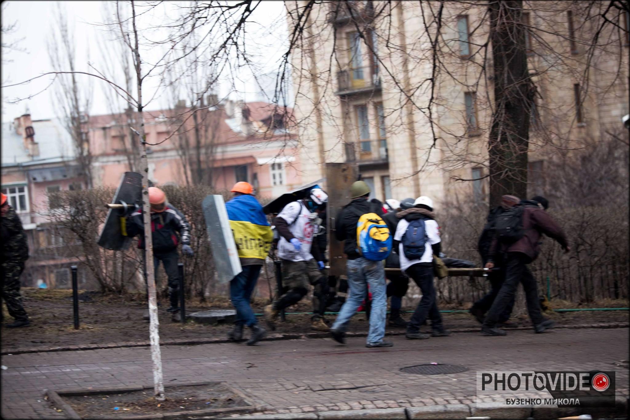 Максим прикриває медиків під час евакуації пораненого. Фото: Микола Бузенко.