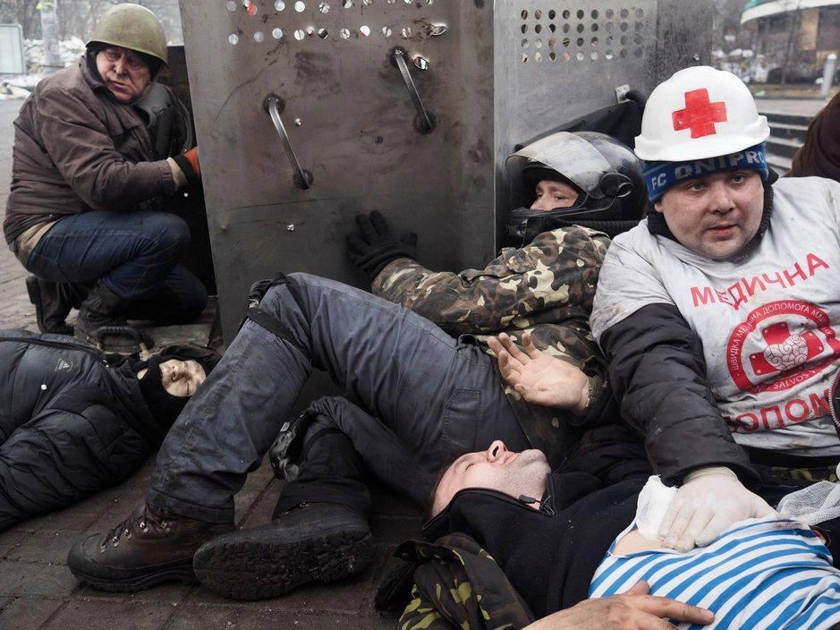 Вбитий Іван Пантелєєв на вул.Інститутській (у чорній куртці зліва). Фото: Jérôme Sessini.