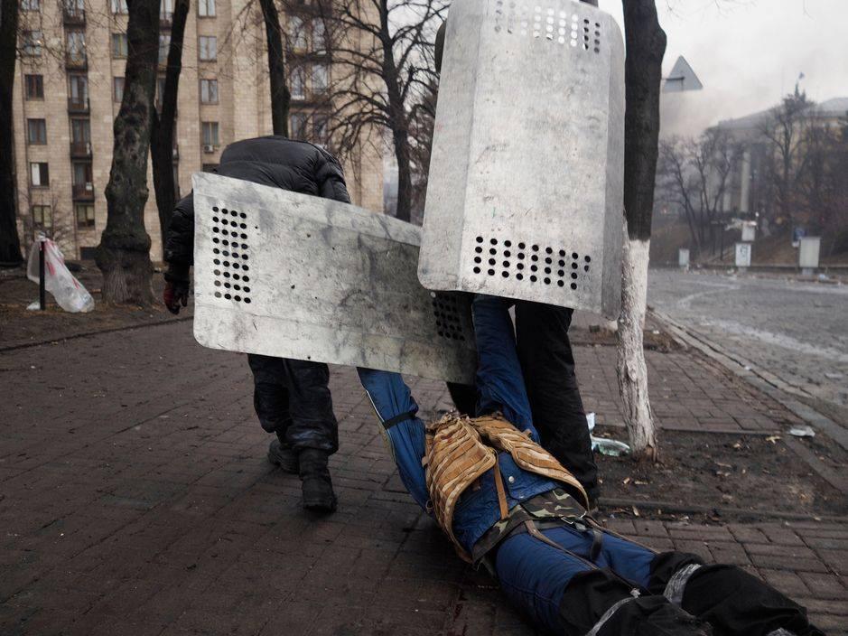 Іван Пантелєєв (ліворуч) витягує пораненого Владислава Зубенка. Фото: Jerome Sessini.