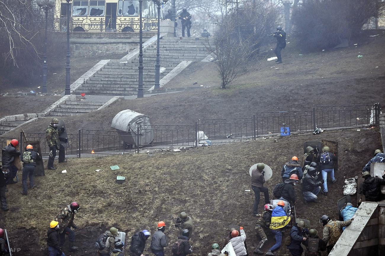 Максим разом з іншими майданівцями підймається до Жовтневого палацу по схилу біля годинника. Фото: Louisa Gouliamaki.