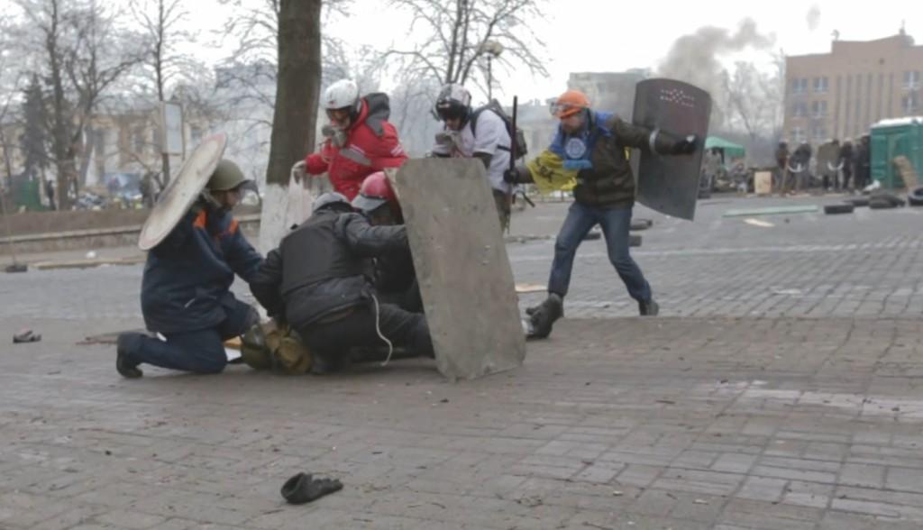 Максим прикриває медиків, які перебігають Інститутську, щоб надати допомогу смертельно пораненому Володимиру Чаплінському. Скріншот з відео.