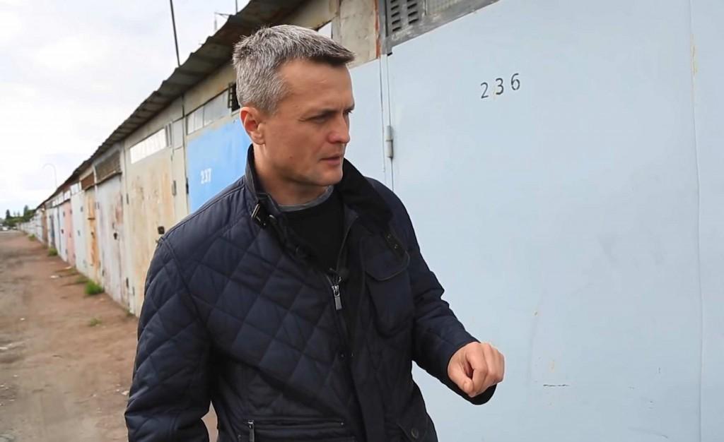 Ігор Луценко біля гаража, у якому катували його та Юрія Вербицького. Скріншот з відео.