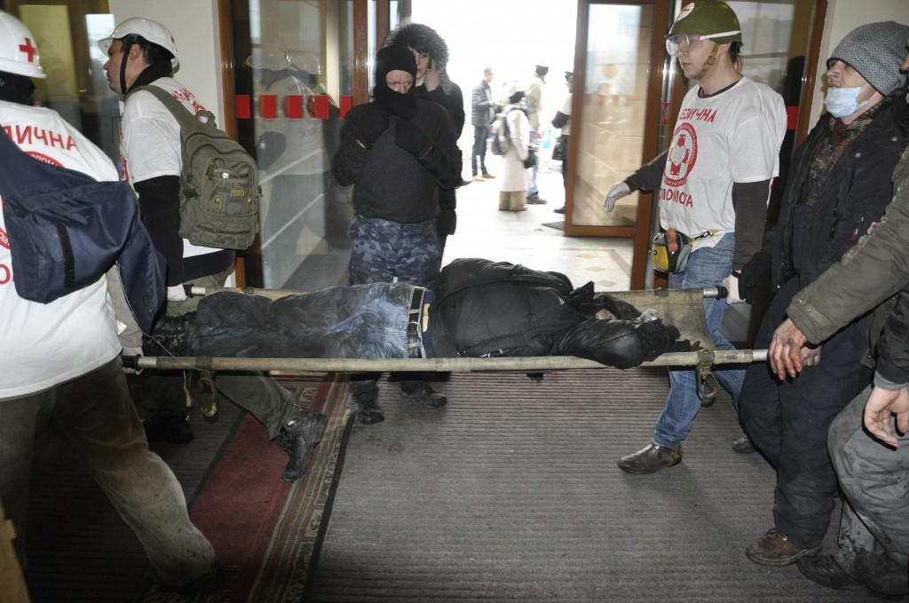Вбитого Івана Пантелєєва принесли в готель Україна. Фото: Олександр Шишка.