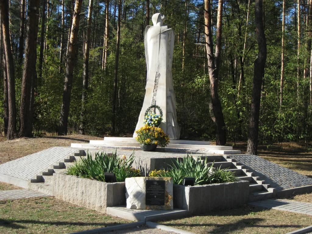 Пам'ятник, встановлений при дорозі на в'їзді до села Гнідин. На відстані 500 метрів у лісі було знайдене тіло Юрія Вербицького.