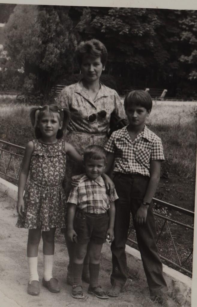 Людмила Іванівна Пантелєєва разом із синами та донькою (Іван стоїть посередині). 1986р.