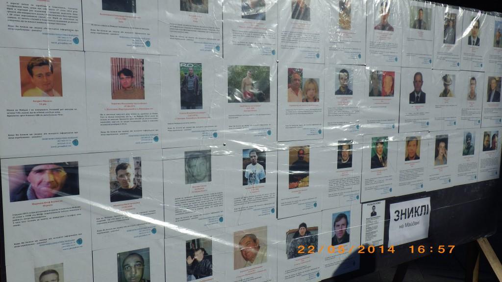 Стенд на Майдані Незалежності, на якому були розміщені фото та інформація про зниклих людей.